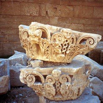 Temenos, tempio di Allat, Capitelli corinzi con testine decorative