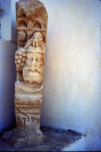 Temenos, tempio di Allat, concio di archivolto con il re Sanatruq I (162-176 d.C. circa) ed iscrizione