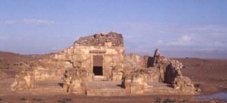 Il Tempio XIV (inizio del II secolo d.C) dopo gli scavi da diverse angolature e un particolare della cella con in evidenza la copertura a volta